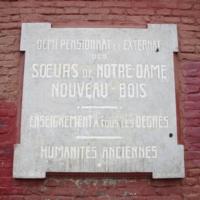 Plaque des demi-pensionnat et externat à Nouveau-Bois, Gand, en français.